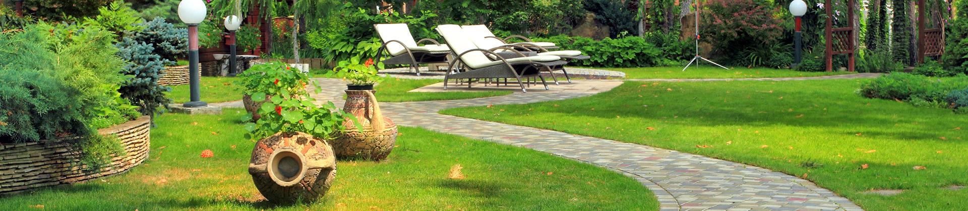 Gartenlandschaft mit Pflastersteinweg